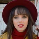 Miss Atomic Bomb  – Look com jaqueta amarela
