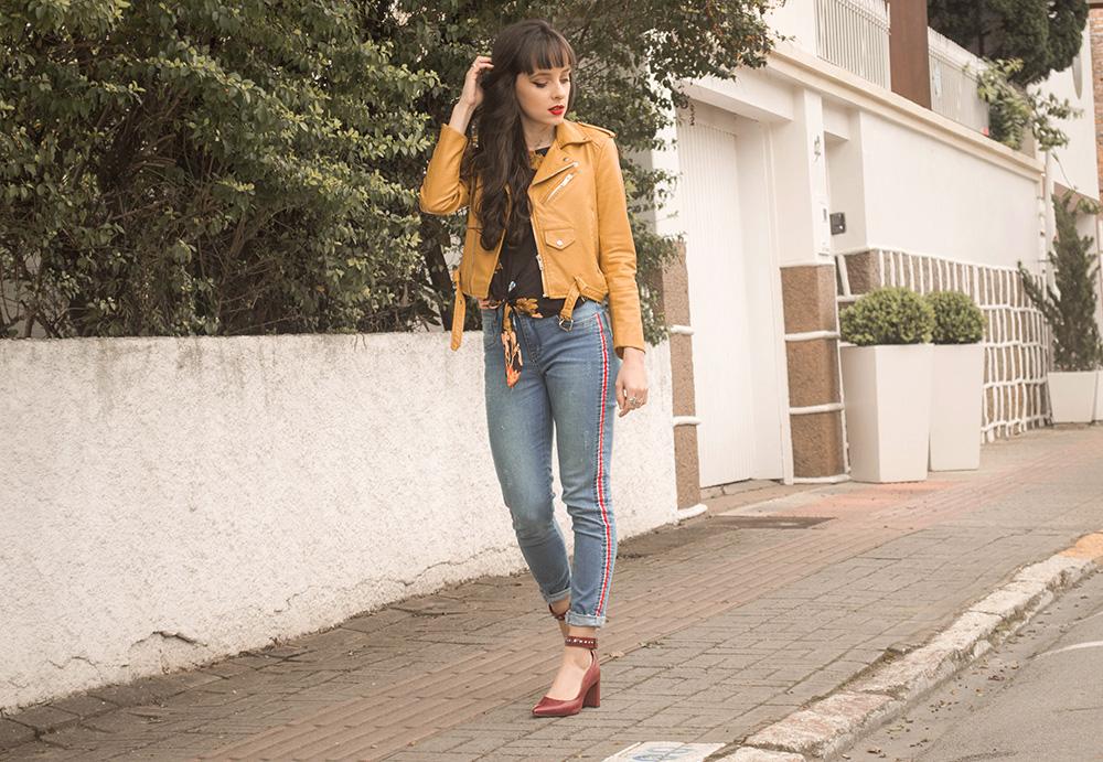 20dead1a2 As outras escolhas foram a blusa com estampa floral e amarração e também a  jaqueta de couro fake amarela.